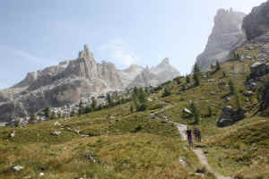 Sella e Cima Fridolin con sullo  sfondo La catena del Grostè e le cime di Vallesinella